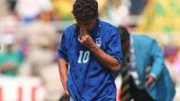 Kekecewaan Roberto Baggio setelah gagal sebagai eksekutor terakhir Italia saat melawan Brasil di final Piala Dunia 1994. (AFP)
