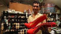 Joko Semedi, pengrajin selop manten menunjukkan salah satu produk unggulannya, sepatu cheerleaders. (Liputan6.com Dhita)