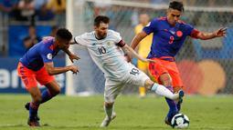 Striker Argentina, Lionel Messi (tengah) berusaha membawa bola dari kawalan dua pemain Kolombia, Radamel Falcao Garcia dan Wilmar Barrios pada pertandingan grup B Piala Copa America 2019 di Arena Fonte Nova, Brasil (15/6/2019). Kolombia menang atas Argentina 2-0. (AP Photo/Natacha Pisarenko)