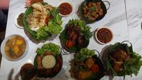 Ragam menu yang disajikan di Restoran Ayam Bebek Angsa Masak di Kuali. (Liputan6.com/Tri Ayu Lutfiani)