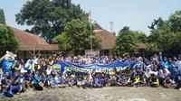 Sejumlah pemain Persib Bandung mengunjungi SLBN Cicendo dalam rangka memperingati Hari Olah Raga Nasional (Haornas) 2019, Senin (9/9/2019). (Liputan6.com/Huyogo Simbolon)