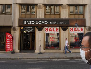 Orang-orang berjalan melewati toko pakaian di London, Inggris, 16 September 2020. Kantor Statistik Nasional Inggris menyatakan tingkat pengangguran di Inggris naik menjadi 4,1 persen dalam tiga bulan hingga Juli, kaum muda menjadi golongan paling terdampak. (Xinhua/Tim Ireland)