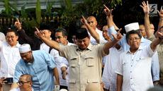 Capres 02 Prabowo Subianto bersama sejumlah tokoh dan kader pendukung saat konferensi pers  di depan Rumahnya, di Kertanegara, Jakarta, Rabu (17/4). Prabowo mengklaim menang Pilpres 2019 berdasarkan data exit poll menang di 5000 TPS. (Liputan6.com/Johan Tallo)