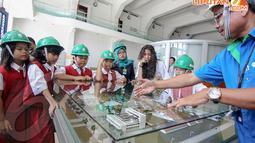 Seorang petugas menjelaskan tentang cara pengolahan air bersih di PALYJA kepada siswa SD, Selasa (22/4/14). (Liputan6.com/Faizal Fanani)