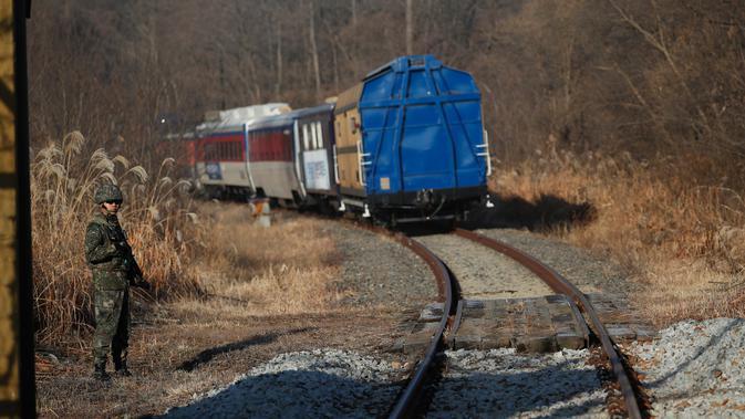 Kereta Korea Selatan menuju Korea Utara di zona demiliterisasi di Paju, Korea Selatan, Jumat (30/11). Perjalanan ini untuk mempelajari jaringan kereta api Korea Utara. (Kim Hong-Ji/Pool Photo via AP)