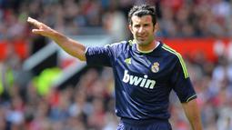 Luis Figo - Legenda sepak bola Portugal ini telah menorehkan tinta emas di Real Madrid. Selain berhasil mempersembahkan trofi liga Champions, Ia juga mampu menyumbang 16 gol untuk El Real. (AFP/Andrew Yates)