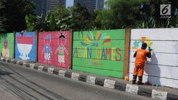 Sejumlah mural buatan petugas PPSU Kelurahan Kuningan Timur terlihat di Jalan Perintis, Jakarta, Kamis (5/7). Mural tersebut untuk menyambut dan memeriahkan pelaksanaan Asian Games 2018. (Liputan6.com/Arya Manggala)