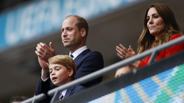 (Kiri ke Kanan) Pangeran William, Duke of Cambridge, Pangeran George dari Cambridge, dan Catherine, Duchess of Cambridge, merayakan kemenangan Inggris atas Jerman pada pertandingan babak 16 besar Euro 2020 di Stadion Wembley, London, Inggris, Selasa (29/6/2021). (Photo by JOHN SIBLEY/POOL/AFP)