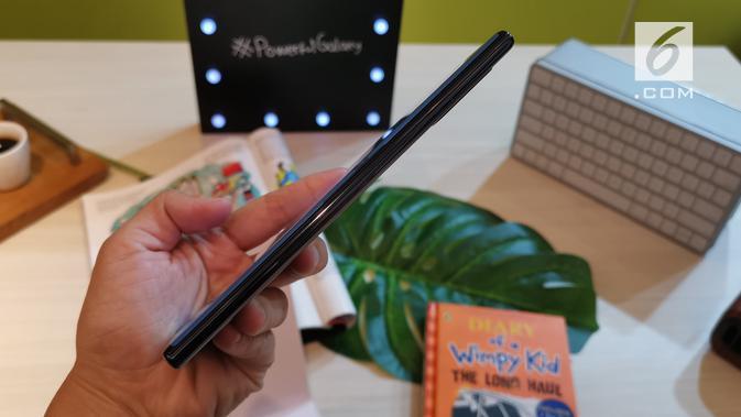 Tampak bodi samping Galaxy Note 10 Plus. (Liputan6.com/ Andina Librianty)