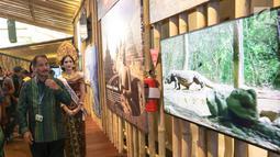 Menteri Pariwisata Arief Yahya saat meninjau Paviliun Indonesia dalam rangka pertemuan tahunan IMF-Bank Dunia 2018 di Bali, Kamis (10/11). Arief berharap pameran ini dapat menarik minat untuk menyelenggarakan acara di Bali. (Liputan6.com/Angga Yuniar)