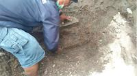 Benda purbakala ditemukan terpendam di tanah, diduga imbas material Gunung Kelud. (Liputan6.com/Dian Kurniawan)