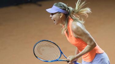 Ekspresi Maria Sharapova usai mengalahkan Roberta Vinci dalam pertandingan putaran pertama Grand Prix WTA di Stuttgart, Jerman (26/4). Sharapova berhasil menang pada pertandingan pertamanya setelah terbebas dari hukuman. (AFP Photo/Thomas Kienzle)