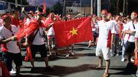 Suporter Timnas Vietnam beri dukungan dalam laga melawan Timnas Indonesia di Stadion I Wayan Dipta, Gianyar (15/10/2019). (Bola.com/Aditya Wany)
