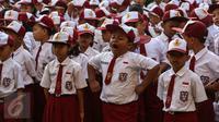 Seorang anak menguap ketika upacara pada hari pertama sekolah di SDN Pasar Baru 05, Jakarta, Senin (18/7). Usai libur Idul Fitri, para siswa kembali beraktivitas mengikuti pelajaran di sekolah untuk tahun ajaran 2015-2016. (Liputan6.com/Faizal Fanani)
