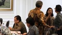 Menkeu, Sri Mulyani berbincang dengan Menteri BUMN Rini Soemarno sebelum mengikuti rapat terbatas di Kantor Presiden, Jakarta, Selasa (1/11). Rapat membahas perkembangan pembangunan proyek listrik 35.000 MW. (Liputan6.com/Faizal Fanani)