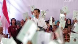 Presiden Joko Widodo memberikan sambutan saat pembagian sertifikat tanah kepada warga di Pusat Penerbangan Angkatan Darat, Pondok Cabe,  Tangsel, Jumat (25/1). Pada kesempatan ini, 40.172 sertifikat tanah dibagikan oleh Jokowi (Liputan6.com/Faizal Fanani)