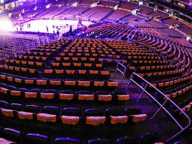 Los Angeles Lakers menghormati mendiang Kobe Bryant dengan memberikan kaus untuk para penggemar sebelum pertandingan NBA melawan Portland Trail Blazers di Staples Center, Jumat, (31/1/2020). Kobe Bryant meninggal akibat kecelakaan helikopter bersama putrinya Gianna. (AP Photo/Ringo H.W. Chiu)