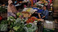 Seorang ibu memilih sayuran di Pasar Kebayoran Lama, Jakarta, Kamis (27/8/2015). Naiknya harga kebutuhan pokok membuat pembeli mengurangi pembelian bahan makanan hingga menyebabkan daya beli masyarakat turun. (Liputan6.com/Johan Tallo)