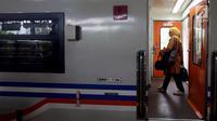 Penumpang menaiki kereta di Stasiun Gambir, Jakarta, Rabu (29/11). Memasuki libur panjang peringatan Maulid Nabi Muhammad SAW, PT KAI Daop 1 akan mengoperasikan 11 Kereta Api (KA) tambahan. (Liputan6.com/JohanTallo)