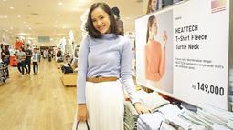 Pamela terlihat sporty meski mengenakan rok panjang putih dan baju Turtleneck warna biru. Senyum manisnya tidak pernah hilang. (KapanLagi.com/Bambang E Ros)