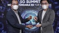 Deputy CEO Mobility Smartfren Sukaca Purwokardjono (kiri) bersama Marketing Director Realme Indonesia Palson Yi dalam acara Realme 5G Summit (Foto: Realme Indonesia).