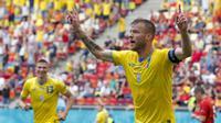 Selebrasi pemain Ukraina, Andriy Yarmolenko usai menjebol gawang Makedonia Utara dalam pertandingan Grup C Piala Eropa 2020 di National Arena stadium, Rumania, Kamis (17/6/2021). (Foto: AP/Pool/Robert Ghement)