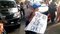 Seorang pelajar membawa poster untuk demo di Balai Kota Malang. Namun rencana ini gagal karena dirazia polisi lebih dulu (Liputan6.com/Zainul Arifin)
