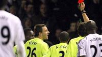 Michael Essien of Chelsea is shown the red card and sent off during a Premier league match against Derby County at Pride Park, in Derby, 24 November 2007. AFP PHOTO/ANDREW YATES