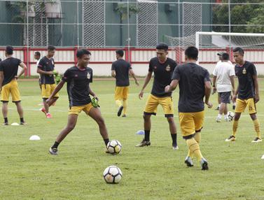 Pemain Bhayangkara FC, Muhammad Hargianto, berusaha merebut bola saat latihan jelang laga Piala Indonesia 2019. (Bola.com/M. Iqbal Ichsan)