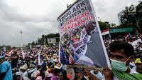 Seorang nelayan membentangkan spanduk saat unjuk rasa menolak larangan penggunaan cantrang di depan Istana Negara, Jakarta Pusat, Rabu (17/1). Aturan ini bertujuan menjaga keberlanjutan sumber daya kelautan. (Liputan6.com/Faizal Fanani)