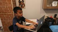 Siswa sekolah dasar belajar online menggunakan aplikasi Zoom Cloud Meetings di Pamulang Tangerang Selatan, Kamis (2/4/2020). Selama pandemi Corona Covid-19 sejumlah sekolah menerapkan belajar video conference berdasarkan arahan guru. (Liputan6.com/Fery Pradolo)