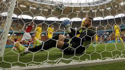 Penjaga gawang Ukraina Heorhiy Bushchan terduduk usai pemain Austria Christoph Baumgartner mencetak gol ke gawangnya pada pertandingan Grup C Euro 2020 di Stadion National Arena, Bucharest, Rumania, Senin (21/6/2021). Ukraina kalah 0-1. (AP Photo/Vadim Ghirda)