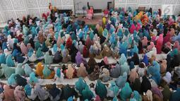 Suasana tausiah pendakwah Dedeh Rosidah  atau lebih dikenal Mamah Dede mengenai Musibah di Indonesia di Masjid al i'tisom, Ciputat, Senin (15/10). Tausiah ini dihadiri ribuan jamaah dari berbagai daerah. (Merdeka.com/Arie Basuki)