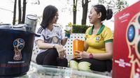Pengunjung menikmati menu Piala Dunia saat berada di Hotel Novotel, Tangerang, Jumat (29/6/2018). Selama Piala Dunia 2018, Hotel Novotel mengadakan acara nonton bareng. (Bola.com/Vitalis Yogi Trisna)