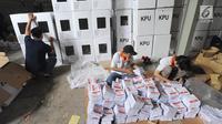Relawan menyortir dan melipat kertas suara Pilpres 2019 di gudang KPU, Cibinong, Bogor, Kamis (7/3). Libur Nyepi, dimanfaatkan 650 pekerja menyelesaikan tenggat waktu penyortiran dan pelipatan 17 juta surat suara Pemilu 2019. (merdeka.com/Arie Basuki)