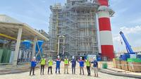 Direktur Utama PT Pertamina Power Indonesia Dannif Danusaputro memberikan cinderamata kepada Ketua Tim Kunker Spesifik Komisi VII DPR RI Eddy Soeparno di lokasi pembangunan PLTGU Jawa-1, Karawang, Jawa Barat.
