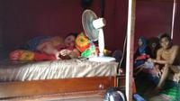 Titi Wati di rumah ditemani suami dan anaknya. (Liputan6.com/Rajana K)