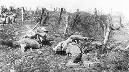 Pasukan Jerman memotong pagar kawat berduri saat berlangsungnya Perang Dunia I di lokasi yang tidak diketahui. Perang Dunia I terpusat di Eropa. (AP Photo, File)
