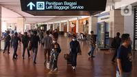 Sejumlah penumpang pesawat berjalan keluar dari Terminal 2 Bandara Soekarno Hatta, Tangerang, Banten, Selasa (18/5/2021). Berdasarkan data pengelola Bandara Soekarno Hatta pada hari pertama ascalarangan mudik, tercatat ada 76.942 pergerakan penumpang. (Liputan6.com/Angga Yuniar)