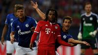 Pemain Bayern Munchen, Renato Sanches, bersiap menyambut bola namun dihalangi pemain Schalke 04, Benjamin Stambouli, dalam lanjutan Bundesliga di Veltins Arena, Gelsenkirchen, Sabtu (10/9/2016) dini hari WIB. (AFP/Patrik Stollarz)