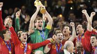 Penjaga gawang Spanyol Iker Casillas (tengah) dkk mengangkat trofi Piala Dunia setelah tampil jadi juara PD 2010 menyusul kemenangan 1-0 atas Belanda di Soccer City, Johannesburg, 11 Juli 2010. AFP PHOTO / JAVIER SORIANO