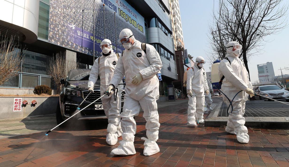 Petugas menyemprotkan disinfektan di depan Gereja Shincheonji di Daegu, Korea Selatan, Kamis (20/2/2020). Pusat Pengendalian dan Pencegahan Penyakit Korea menyatakan korban terinfeksi virus corona (COVID-19) di Korea Selatan menjadi 204 orang hingga Jumat (21/2/2020) sore. (Kim Jun-beom/Yonhap via A