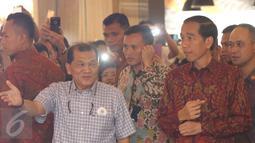 Presiden Joko Widodo (Jokowi) diajak berkeliling melihat pameran foto di Plaza Atrium, Jakarta, Minggu (1/5). Kedatangannya dalam rangka penutupan pameran foto relawan Jokowi bertajuk 'Kaleidoskop Perjuangan Relawan Jokowi'. (Liputan6.com/Herman Zakharia)