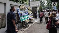 Karangan bunga ucapan duka cita atas meninggalnya almarhum Ashraf Sinclair di kawasan Pejaten Barat IV, Jakarta, Selasa (18/2/2020). Ashraf Sinclair dinyatakan meninggal oleh dokter di Rumah Sakit MMC Kuningan, Jakarta Selatan pukul 04.51 WIB. (Liputan6.com/Faizal Fanani)