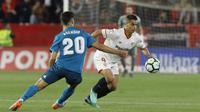 Pemain Real Madrid, Asensio (kiri) berusaha menahan laju pemain Sevilla, Ben Yedder pada laga La Liga Santander di Sanchez Pizjuan stadium, Seville, (9/5/2018). Madrid kalah 2-3 dari Sevilla.  (AP/Miguel Morenatti)