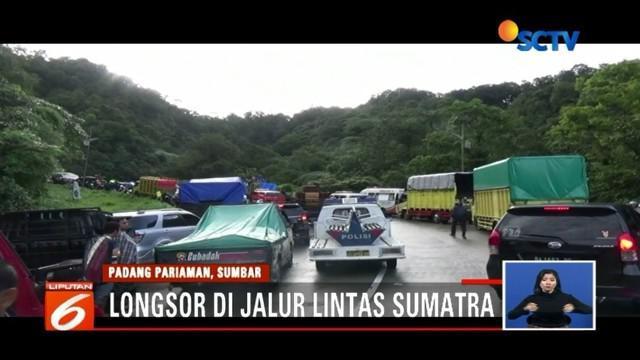 Ratusan kendaraan terjebak macet akibat longsor di kawasan jalur lintas Sumatra. Curah hujan yang tinggi menjadi pemicu longsor di tanah di Bukit Barisan.