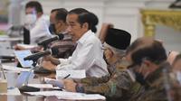 Presiden Jokowi memimpin RapatTerbatas mengenai Rencana Pengadaan dan Pelaksanaan Vaksinasi COVID-19 di Istana Merdeka, Jakarta, Senin (26/10/2020). (Sekretariat Kabinet RI)