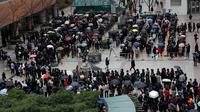Orang-orang mengantre untuk membeli masker pelindung dari sebuah department store di Seoul, Jumat (28/2/2020).Penyebaran virus corona di Korea Selatan sendiri merupakan salah satu yang terbesar di luar China Daratan dengan kasus terkonfirmasi mencapai 1.766 orang per Jumat pagi ini. (AP/Lee Jin-man)