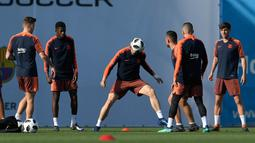 Pemain Barcelona, Ivan Rakitic, menyundul bola saat latihan jelang laga final Copa del Rey di Joan Gamper, Barcelona, Jumat (20/4/2018). Barcelona akan berhadapan dengan Sevilla. (AFP/ Lluis Gene)
