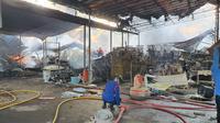 Petugas pemadam kebakaran memdamkan api yang membakar kawasan pergudangan di Kelurahan Cinangka, Kecamatan Sawangan, Kota Depok, Senin (2/8/2021) pagi. (Istimewa)